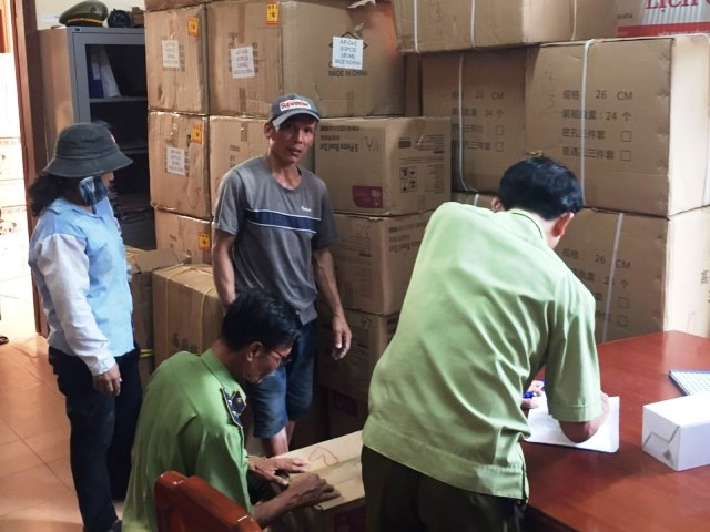 Lực lượng QLTT Quang Trị kiểm tra hàng hóa vi phạm