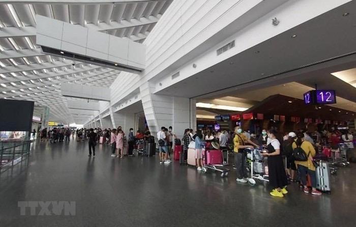 Ảnh 1: Hành khách làm thủ tục tại Sân bay Quốc tế Cam Ranh. (Ảnh: TTXVN phát)