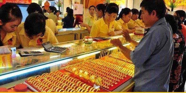 Vàng trong nước thấp hơn giá vàng thế giới hơn 2 triệu đồng/lượng