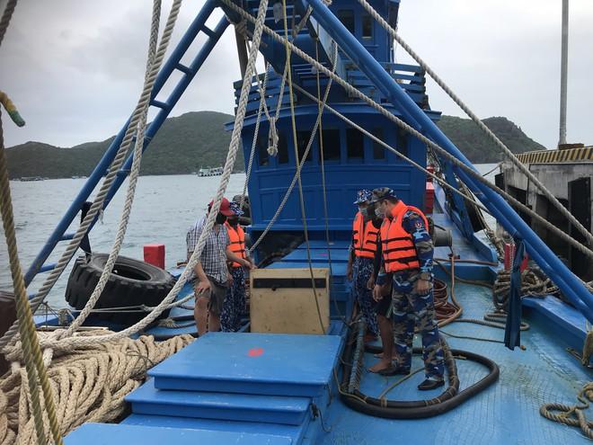 Một tàu cá chở dầu lậu bị lực lượng chức năng phát hiện trên vùng biển Bà Rịa - Vũng Tàu