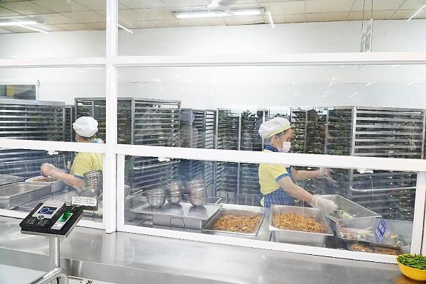 Bếp ăn tập thể một trường học trên địa bàn TPHCM chuẩn bị suất ăn trưa cho học sinh