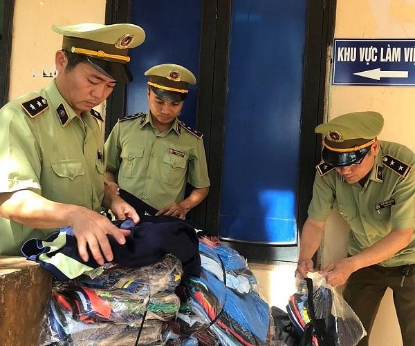 Lực lượng QLTT tỉnh Quảng Trị vừa phát hiện và thu giữ 1.630 áo các loại hiệu Adidas được ngụy trang trong những bao tải, chờ thời cơ để đưa đi tiêu thụ.