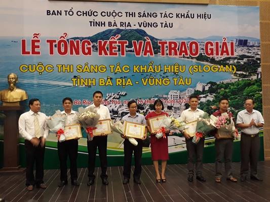 Ban Tổ chức trao giải khuyến khích cho các tác giả đoạt giải