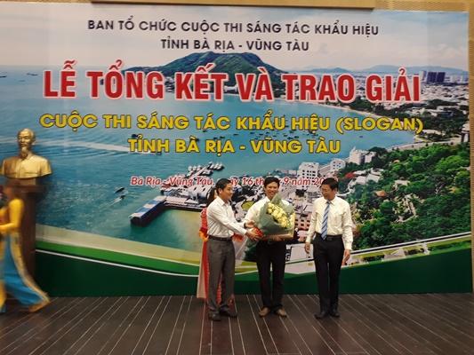 Trao giải nhất cho tác giả Nguyễn Văn Bình (Trường Cao đẳng Mỹ thuật Đồng Nai)