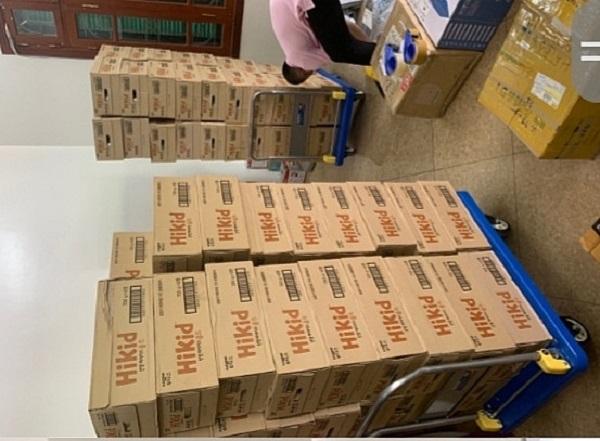 Cơ quan chức năng tiến hành kiểm tra các thùng hàng mỹ phẩm, thực phẩm chức năng (Ảnh: QLTT)