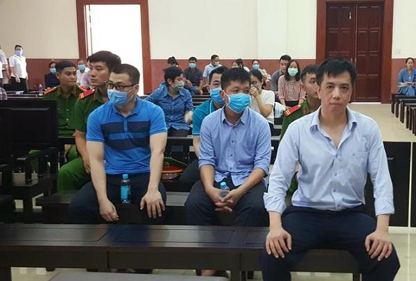 Các bị cáo trong vụ buôn lậu thuốc ung thư giả VN Pharma (Ảnh: Tân Châu)