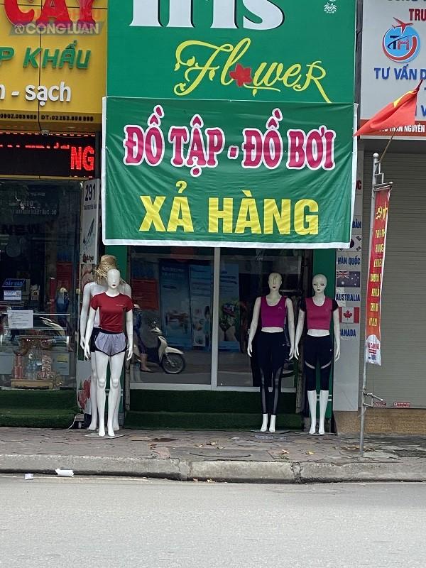 Cửa hàng quần áo  đồ tập – đồ bơi giữa phố lớn bán hàng không có nhãn mác, không niêm yết giá và không có hóa đơn bán hàng