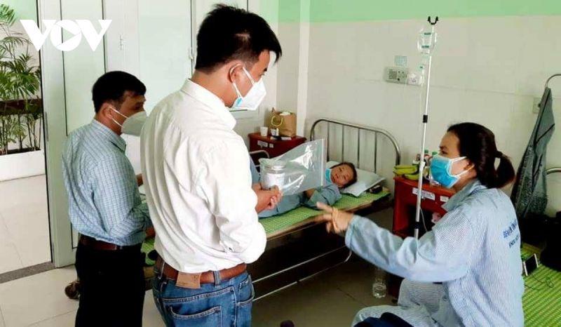 Lực lượng chức năng lấy mẫu pate Minh Chay mang đi xét nghiệm
