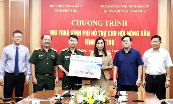 Lãnh đạo Ngân hàng Thương Mại Cổ Phần Quân đội Việt Nam trao biểu trưng 4,5 tỷ đồng kinh phí hỗ trợ cho đại diện Hội Nông dân tỉnh.