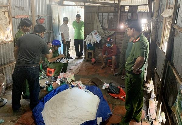 Lực lượng công an bắt quả tang Tuyền đang đóng gói bột ngọt giả nhãn mác Aji-no-moto.