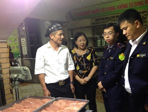 Lực lượng chức năng TP Hà Nội kiểm tra ATTP tại Công ty CP Thực phẩm Hương Sơn (Ảnh: Ngọc Quỳnh)