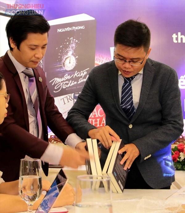 Đại diện phía First News- Trí Việt mở cuốn sách giả được mua từ website TMĐT Lazada.