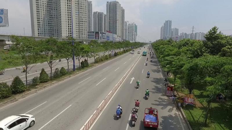 Hàng cây giáng hương do Vinamilk và Quỹ 1 triệu cây xanh cho Việt Nam trồng tại xa lộ Hà Nội (TP.HCM) sau 9 năm đã vươn cao tỏa bóng mát