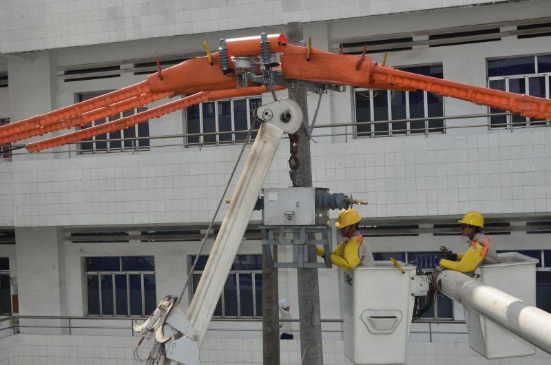 Công nhân EVNHCMC thi công trên đường dây đang mang điện  (thi công live-line) - Ảnh: EVNHCMC
