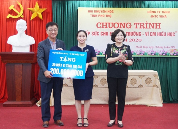 Lãnh đạo Hội Khuyến học tỉnh và lãnh đạo Công ty TNHH JNTC Vina trao biểu trưng tặng máy vi tính cho trường THCS Hoàng Xá huyện Thanh Thủy.