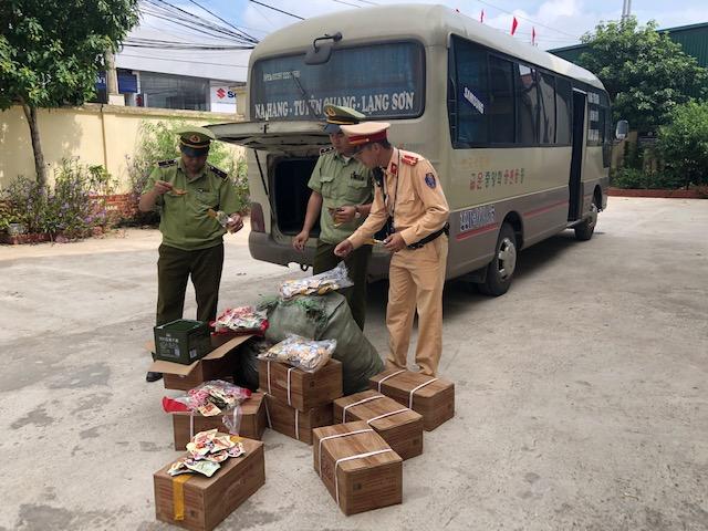 Phương tiện và một phần tang vật là thực phẩm nhập lậu được vận chuyển trên xe, ảnh: Lê Nghĩa