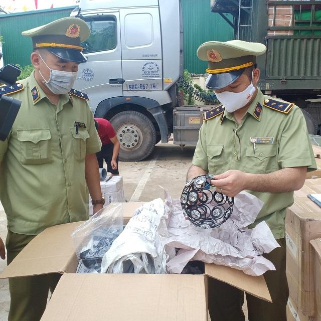 Công chức Đội QLTT số 1 kiểm tra hàng hóa vận chuyển trên phương tiện vận chuyển hàng hóa nhập khẩu, ảnh: Hải Hoàng