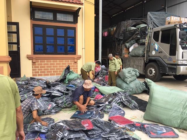 Cục QLTT Quảng Trị đang đề xuất xử phạt 35 triệu đồng vì hành vi vận chuyển 640 cái ba lô giả mạo nhãn hiệu