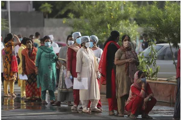 Người dân tại Jammu, Ấn Độ xếp hàng lấy mẫu xét nghiệm Covid-19 ngày 15/9 (Ảnh: AP)