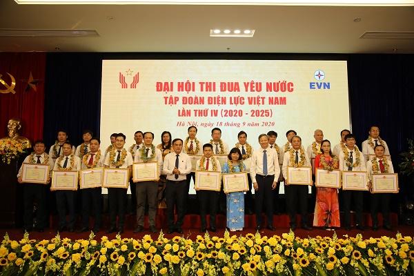 Vinh danh 75 cá nhân tiêu biểu xuất sắc điển hình trong các phong trào thi đua lao động đến từ các đơn vị thành viên thuộc Tập đoàn