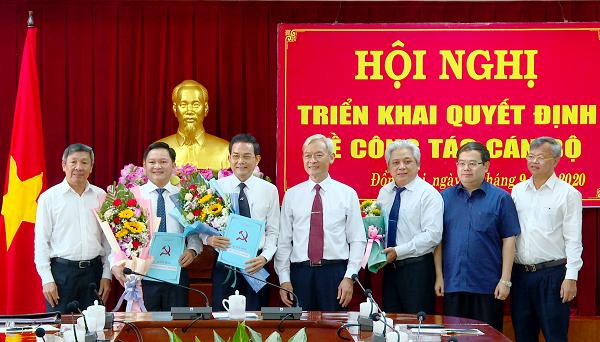 Các đồng chí trong Ban TVTU chúc mừng cùng 3 đồng chí nhận nhiệm vụ mới