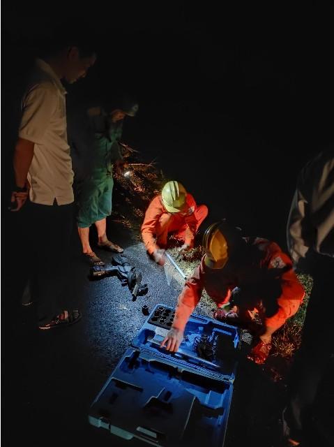 Công nhân ngành điện làm xuyên đêm