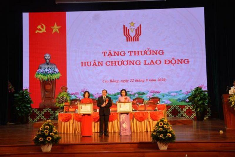 Thừa ủy quyền của Chủ tịch nước, Bí thư Tỉnh ủy Lại Xuân Môn trao Huân trương Lao động hạng Nhì, Ba cho các tập thể