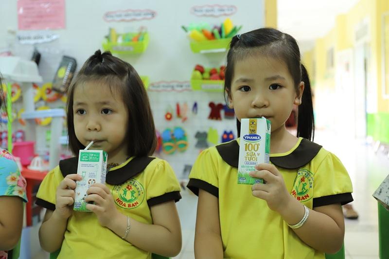 Học sinh cấp mầm non tại TP. Đà Nẵng đã được uống sữa theo chương trình ngay trong ngày đầu tiên quay lại trường học sau giãn cách xã hội