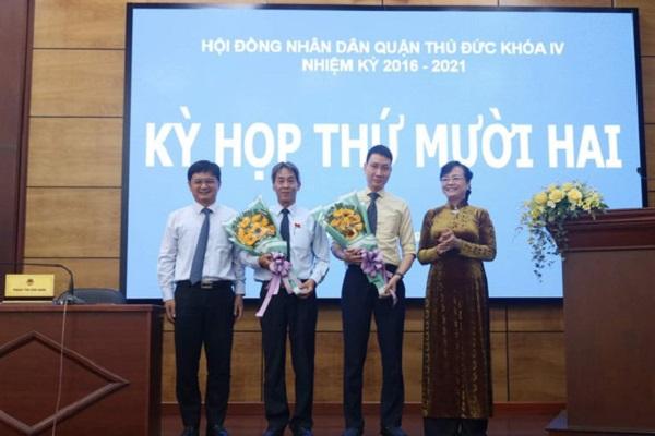 Lãnh đạo quận Thủ Đức chúc mừng ông Trương Trung Kiên (thứ 2 từ phải sang) vừa được HĐND bầu làm chủ tịch quận