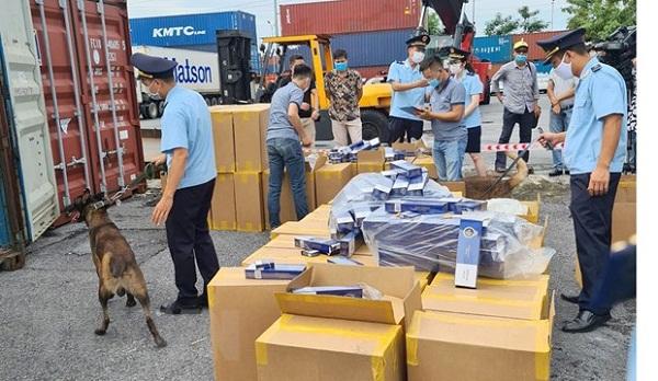 Hải quan Hải Phòng kiểm tra, giám định lô hàng thuốc lá giả mạo thương hiệu thuốc lá 555.