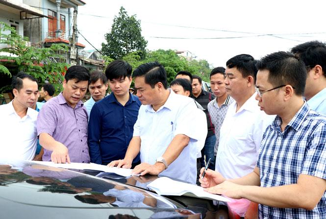 Đồng chí Lê Quang Tiến, Phó Chủ tịch UBND tỉnh kiểm tra thực tế, chỉ đạo giải quyết kịp thời những khó khăn, vướng mắc trong công tác giải phóng mặt bằng thực hiện Dự án đường Bắc Sơn kéo dài
