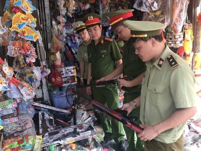 Lực lượng chức năng kiểm tra, thu giữ số tang vật vi phạm thuộc mặt hàng cấm kinh doanh