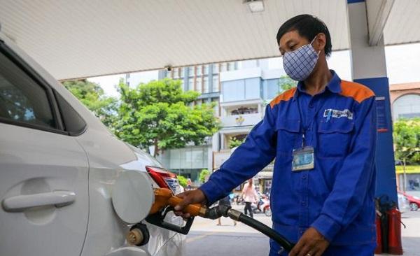 Nhân viên một trạm xăng dầu tại quận 1 (TP.HCM) bơm xăng cho phương tiện vận tải của khách hàng (Ảnh: Quỳnh Trần)