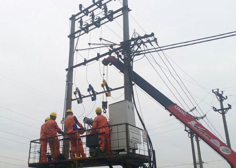 Công nhân Điện lực Thị xã Đông Triều thực hiện hoán đổi MBA