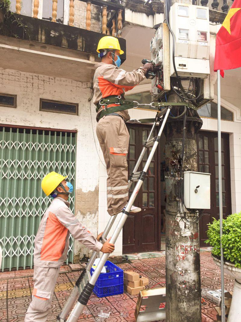Công nhân Điện lực Tiên Yên thực hiện định kỳ công tơ khu vực thị trấn Tiên Yên
