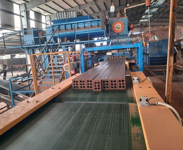Gạch được chạy trên dây chuyền sản xuất hiện đại