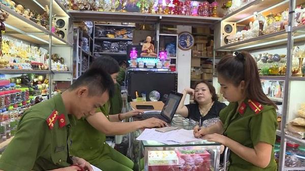 Lực lượng chức năng tiến hành lập biên bản tại cơ sở kinh doanh.