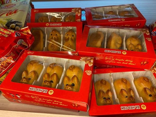 Nhiều sản phẩm bánh trung thu được bày bán tại các trung tâm mua sắm