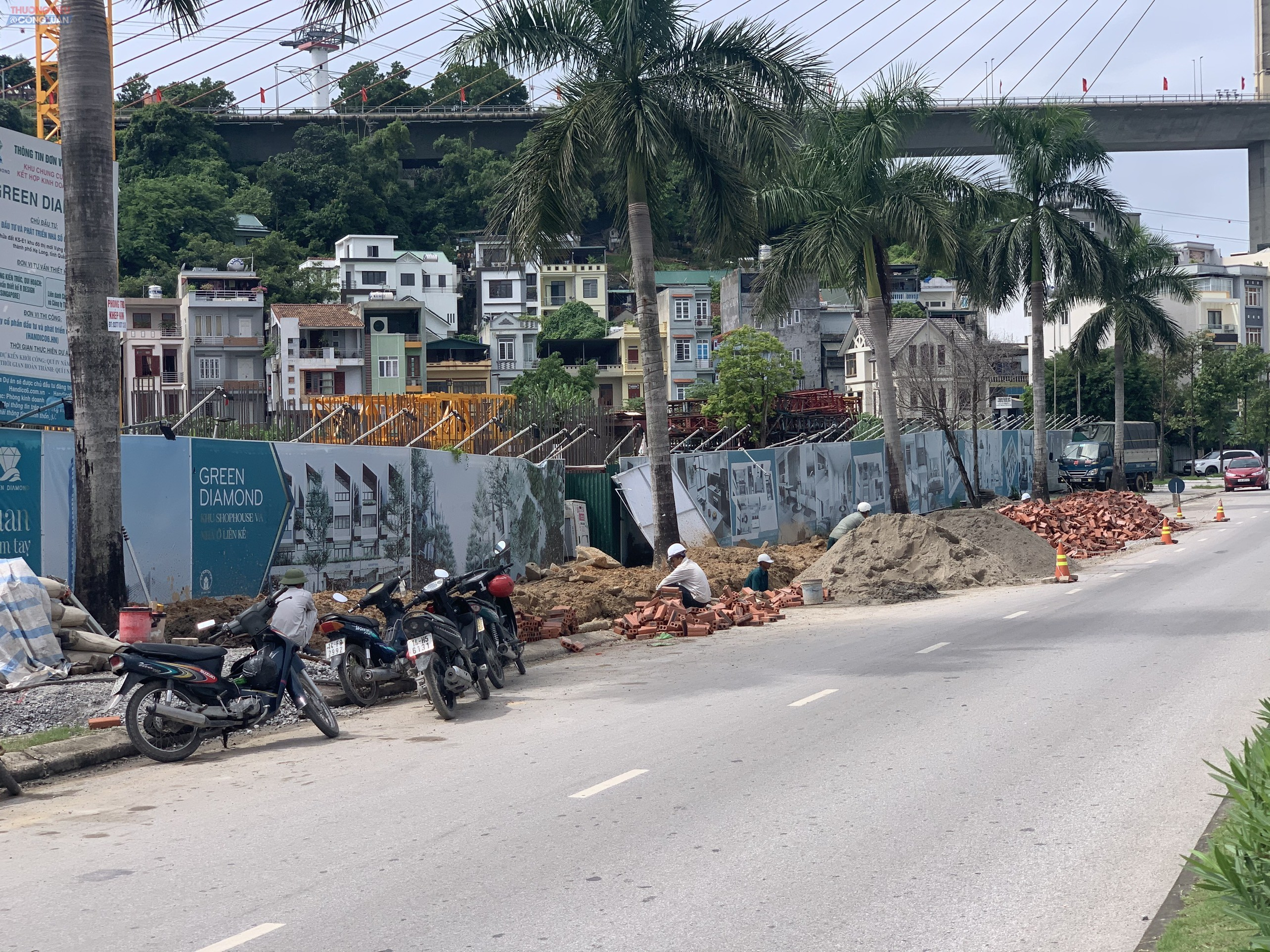 Sau hơn nửa tháng xảy ra sự cố sụt lún CĐT Handico6 vẫn chưa khắc phục, vật liệu để ngổn ngang chiếm 1/2 lòng đường Trần Thái Tông.
