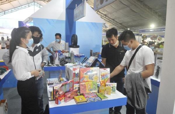 Khách hàng xem các sản phẩm được sản xuất tại TP.HCM  (Ảnh: Cao Thăng)