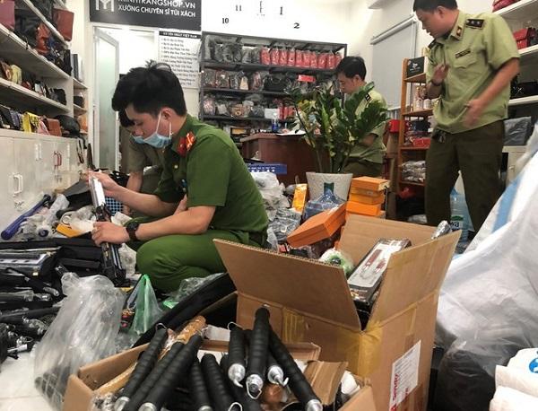 Lực lượng chức năng phát hiện số lượng lớn hung khí nguy hiểm tại shop túi xách Minh Trang (TP HCM)