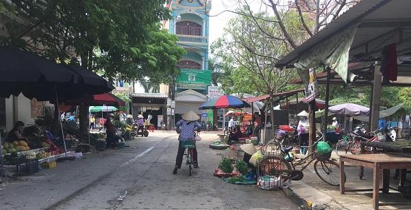 Tình trạng các hộ dân bày bán hàng hóa trên vỉa hè khiến mất an toàn giao thông