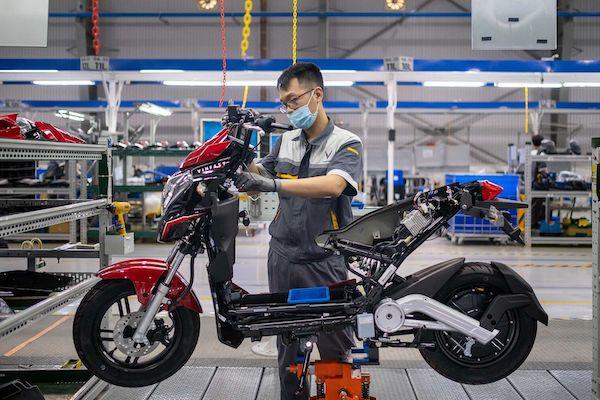 Kỹ thuật viên VinFast đang lắp ráp mẫu xe máy điện VinFast. (NAG: Linh Phạm/Bloomberg)
