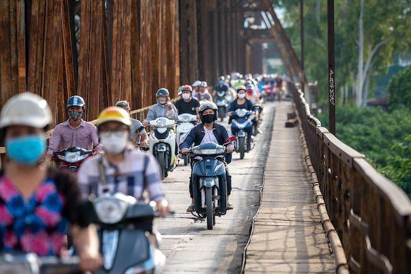 Người dân Việt Nam sử dụng xe máy làm phương tiện di chuyển chính. (NAG: Linh Phạm/Bloomberg)