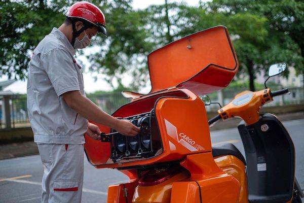 Nhân viên cứu hộ xếp pin lên xe chuyên dụng trước khi giao tới khách hàng. (NAG: Linh Phạm/Bloomberg)