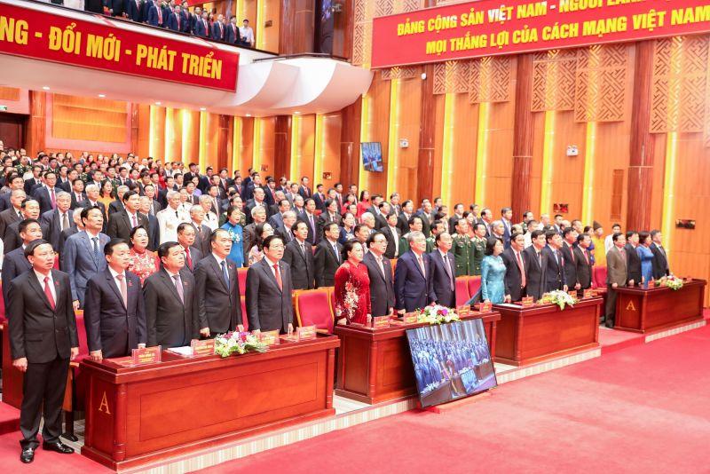 Các đại biểu chào cờ tại Đại hội.