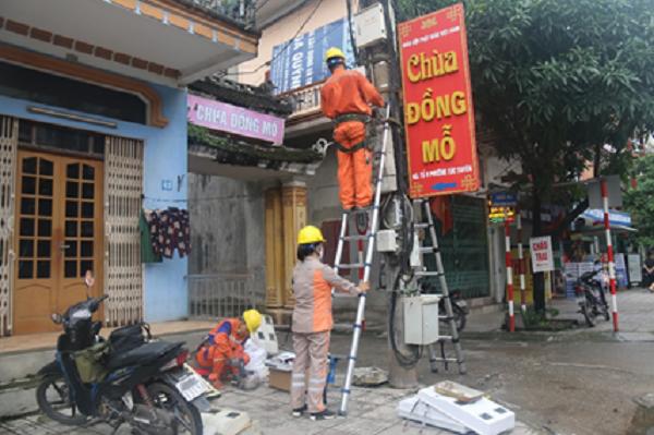 Công nhân Điện lực Điện lực TP. Thái Nguyên đang thực hiện thay thế công tơ điện tử