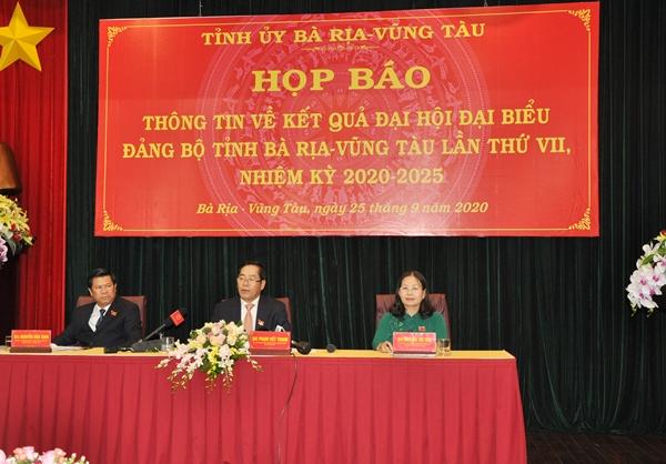 Ông Phạm Viết Thanh (giữa) Bí thư Tỉnh ủy BR-VT chủ trì buổi họp báo