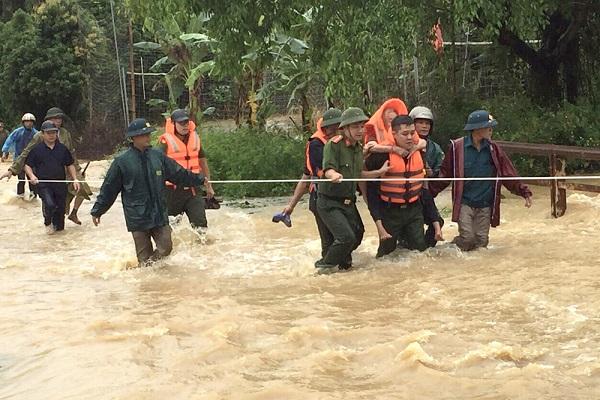 Lực lượng chức năng hỗ trợ di dời người dân đến nơi an toàn. Ảnh Báo Phú Thọ.