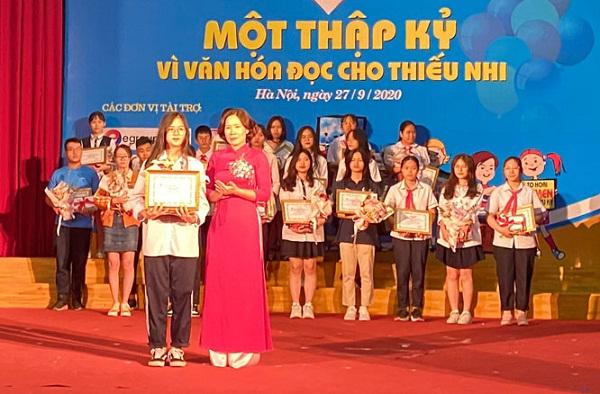 Trao giải Nhất cho em Hoàng Minh Phúc, Trường THCS Trung Hòa, Hà Nội